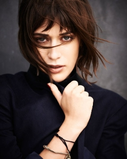 Lizzy Caplan Style and Fashion