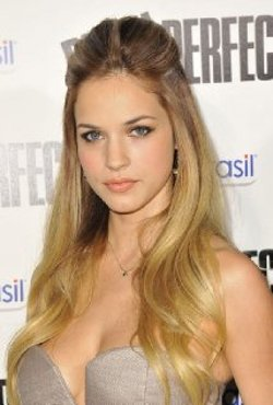Alexis Knapp Style and Fashion