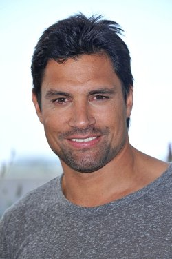 Manu Bennett Style and Fashion