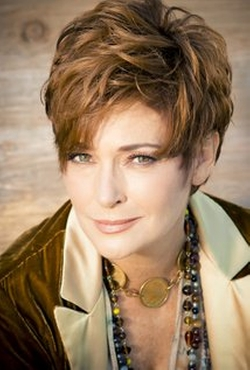 Carolyn Hennesy Style and Fashion