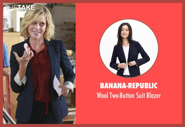 Banana-Republic blue blazer from Modern Family seen with Claire Dunphy (Julie Bowen)