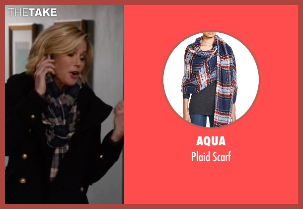 Aqua blue scarf from Modern Family seen with Claire Dunphy (Julie Bowen)