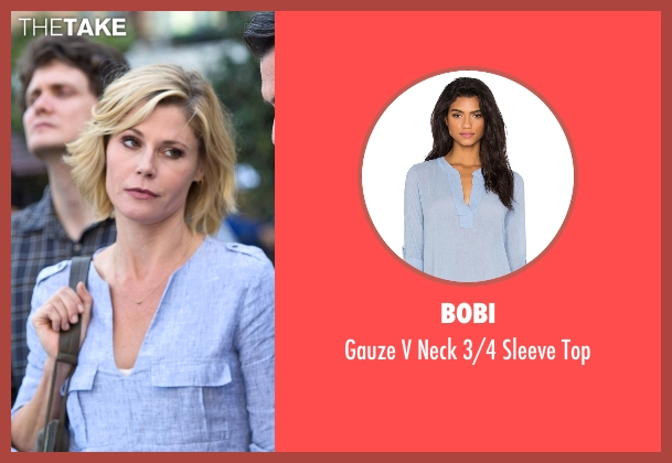 Bobi blue top from Modern Family seen with Claire Dunphy (Julie Bowen)