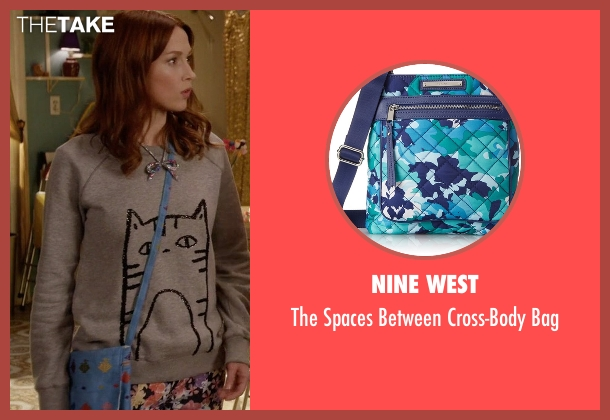 Nine West blue bag from Unbreakable Kimmy Schmidt seen with Kimmy Schmidt (Ellie Kemper)