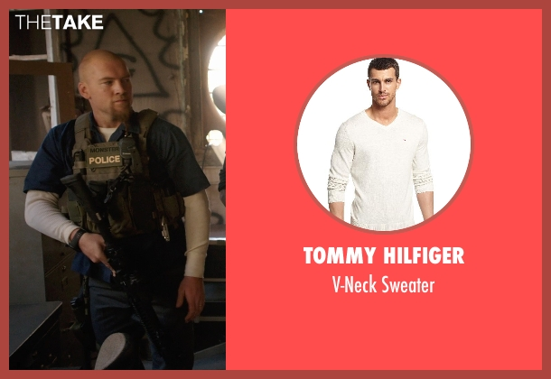 Tommy Hilfiger white sweater from Sabotage seen with Sam Worthington (James 'Monster' Murray)