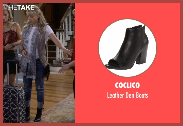 Coclico black boots from Fuller House seen with Stephanie Tanner (Jodie Sweetin)