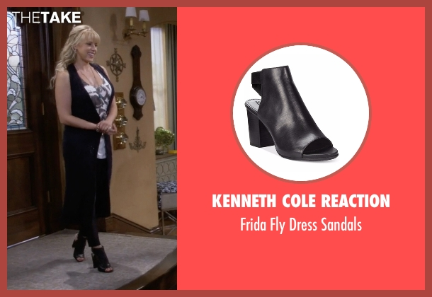 Kenneth Cole Reaction black sandals from Fuller House seen with Stephanie Tanner (Jodie Sweetin)