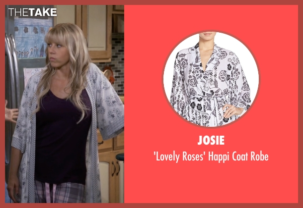 Josie white robe from Fuller House seen with Stephanie Tanner (Jodie Sweetin)
