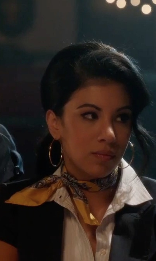 Chrissie Fit with Brooks Brothers Custom Made Printed Scarf in Pitch Perfect 3
