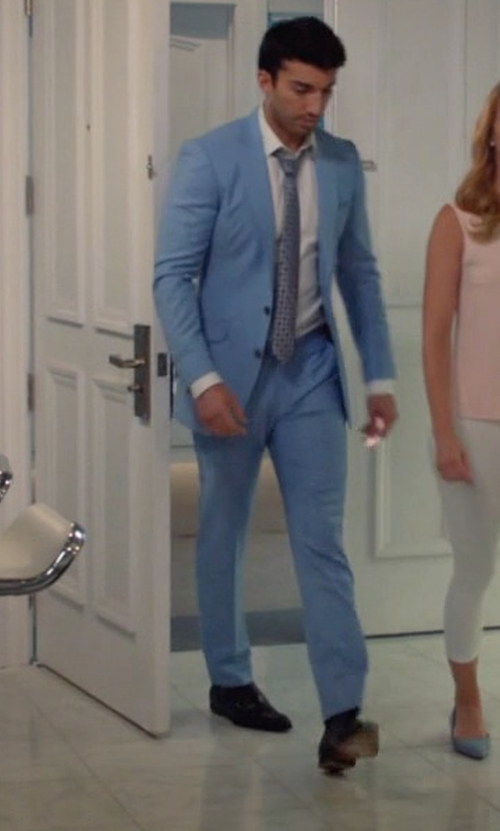 Justin Baldoni with Cole Haan Cambridge Plain-Toe Oxford Shoes in Jane the Virgin