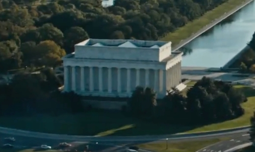 Unknown Actor with Lincoln Memorial Washington, DC in Jack Reacher: Never Go Back
