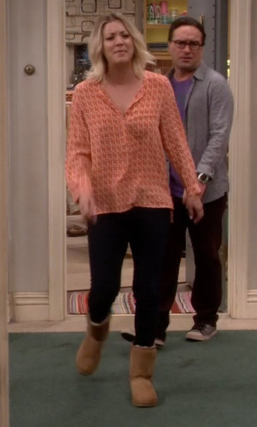 Kaley Cuoco-Sweeting with Ugg Australia Classic Short Boots in The Big Bang Theory