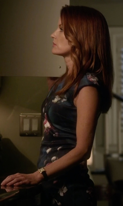 Laura Leighton with Lip Leather Strap Analog Watch in Pretty Little Liars