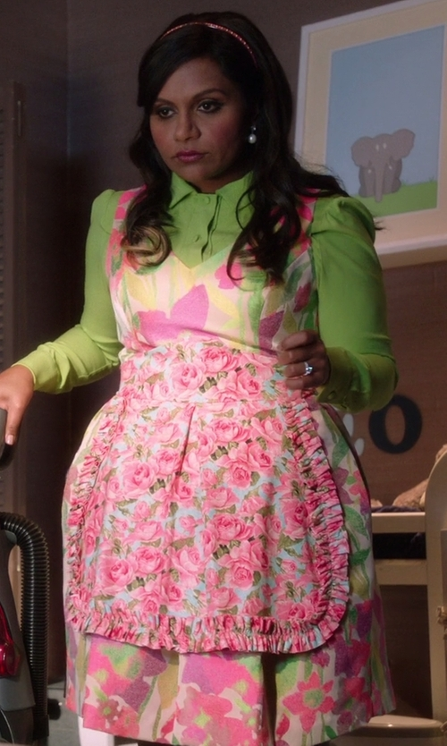 Mindy Kaling with Design Imports Floral Vintage Apron in The Mindy Project