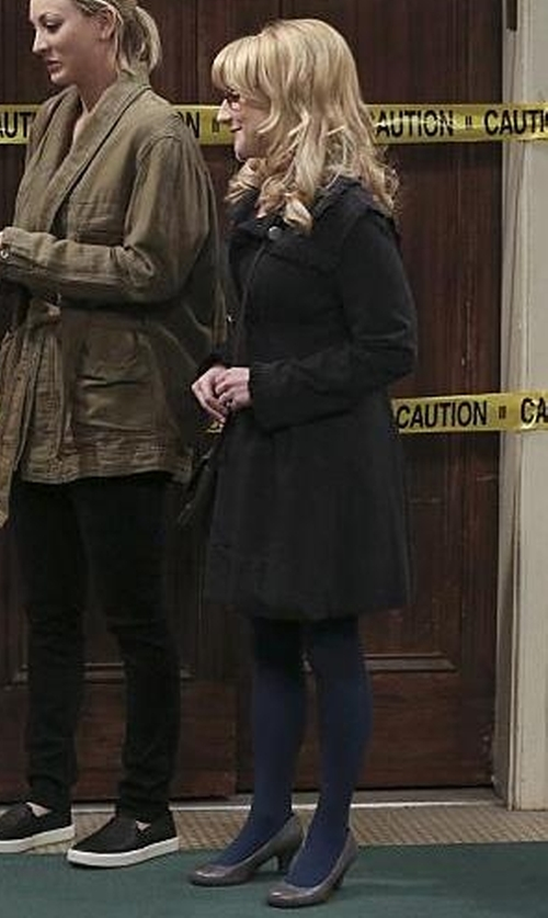 Melissa Rauch with Journee Collection Luu Round Toe Pumps in The Big Bang Theory