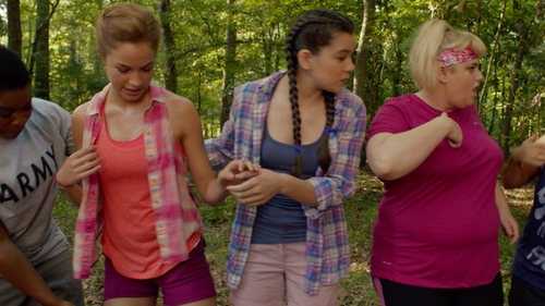 Alexis Knapp with American Eagle Outfitters Sleeveless Shirt in Pitch Perfect 2