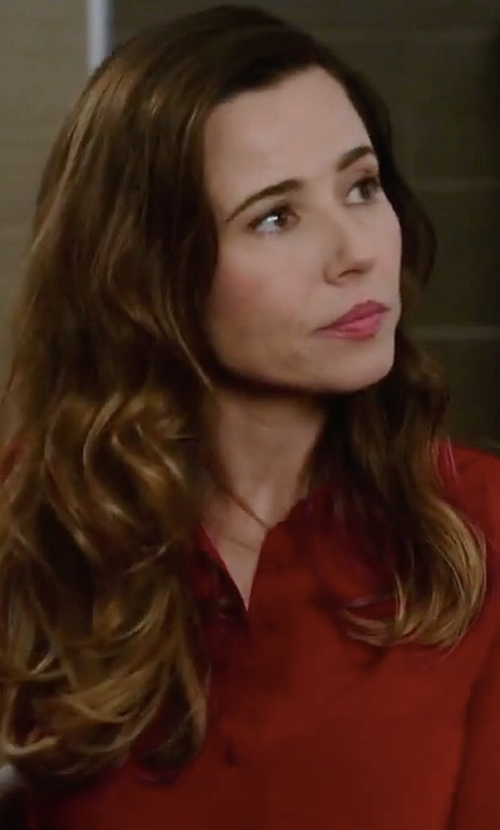Linda Cardellini with Bower Mackey Point-Collar Shirt in Daddy's Home 2