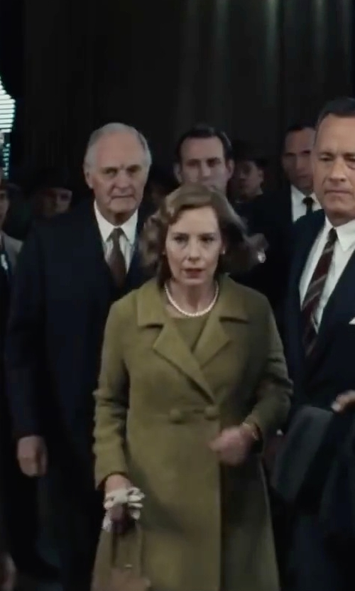 Amy Ryan with Beauty Life Kiss Lock Leather Brown Handle Shoulder Bag in Bridge of Spies
