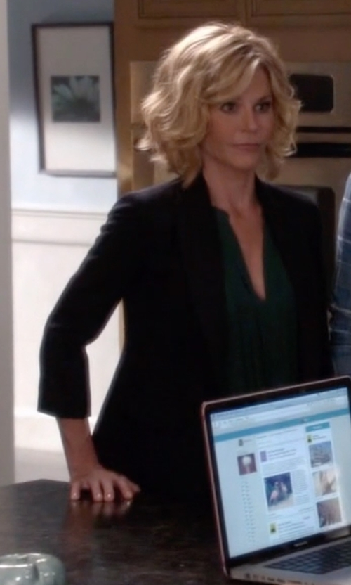 Julie Bowen with Theory Gabe 2 One-Button Blazer in Modern Family