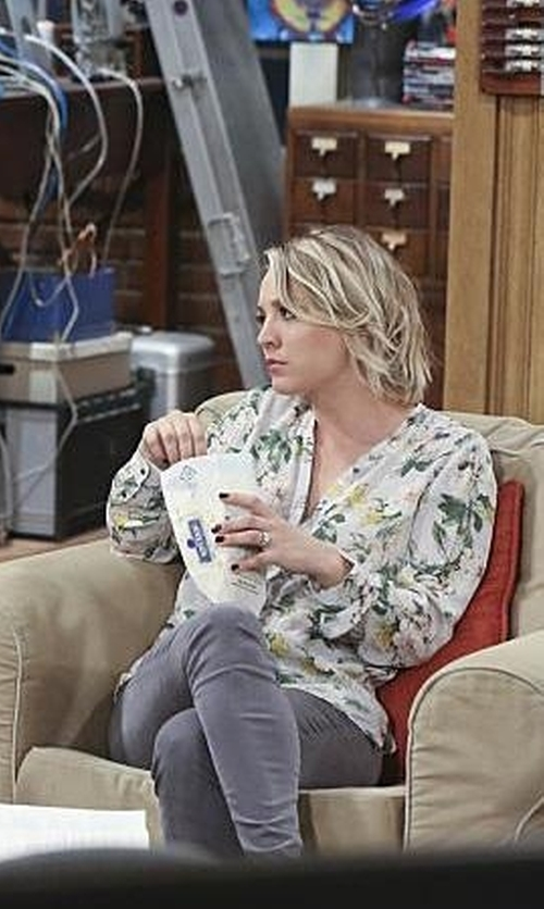 Kaley Cuoco-Sweeting with Joie Divitri Floral-Print Silk Blouse in The Big Bang Theory