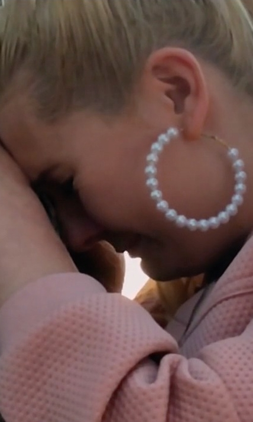 Abigail Breslin with Kenneth Jay Lane Imitation Pearl Hoop Earrings in Scream Queens