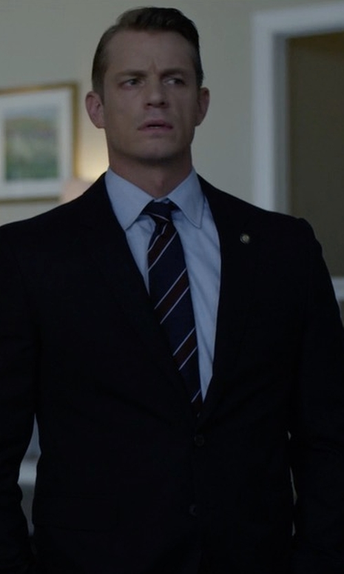 Joel Kinnaman with Ermenegildo Zegna Solid Two-Piece Suit in House of Cards
