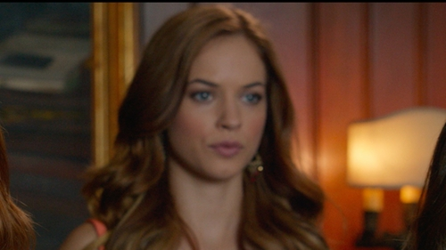 Alexis Knapp with Lucky Brand Chandelier Earrings in Pitch Perfect 2