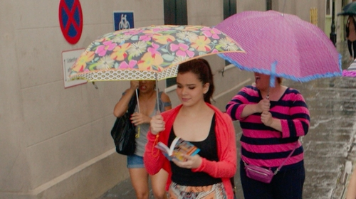 Hailee Steinfeld with Totes Compact Floral Print Umbrella in Pitch Perfect 2
