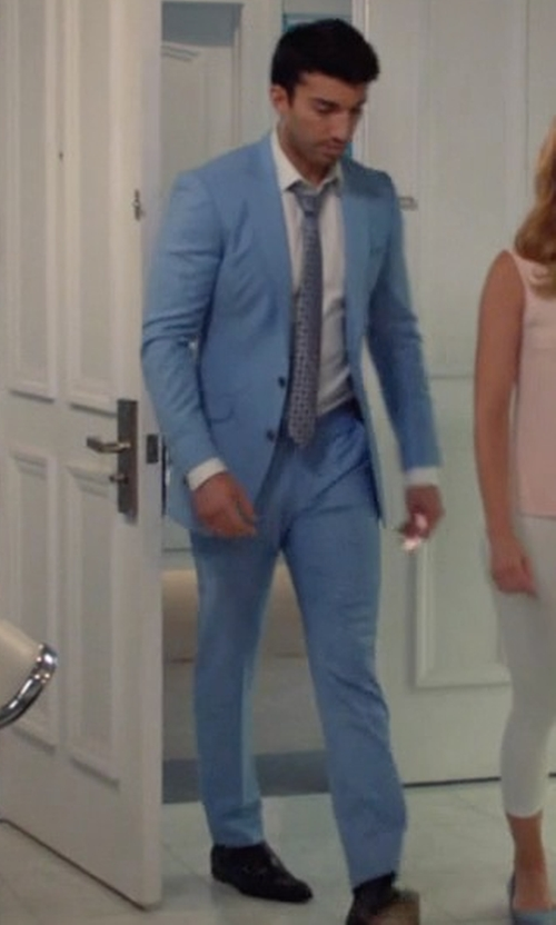 Justin Baldoni with Giorgio Armani G-Line Melange Solid Two-Piece Suit in Jane the Virgin