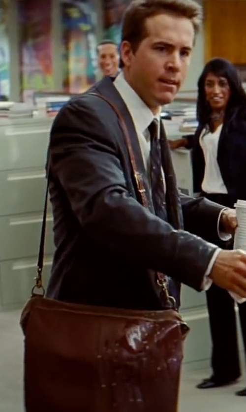 Ryan Reynolds with Boldrini Salleria Small Messenger Bag in The Proposal