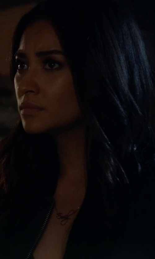 Shay Mitchell with One Necklace Rose Gold Script Name Necklace in Pretty Little Liars