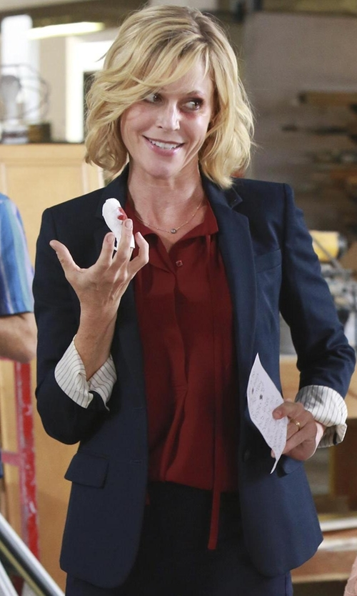 Julie Bowen with Banana-Republic Wool Two-Button Suit Blazer in Modern Family