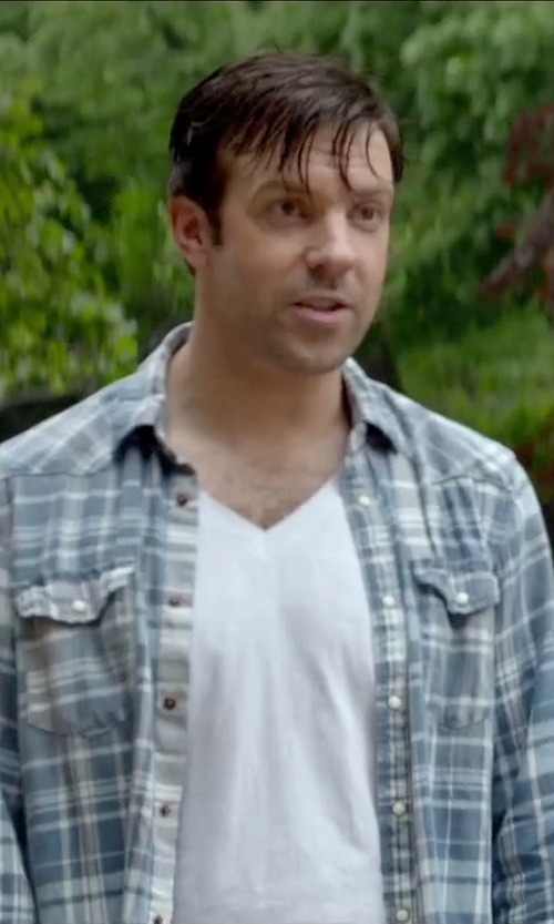 Jason Sudeikis with Barneys New York Basic V-Neck T-Shirt in Sleeping with Other People