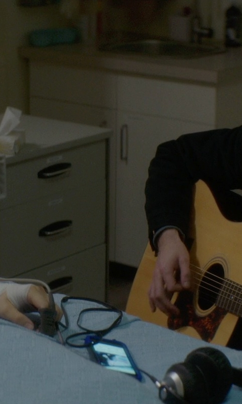 Jamie Blackley with Apple iPhone 5s in If I Stay