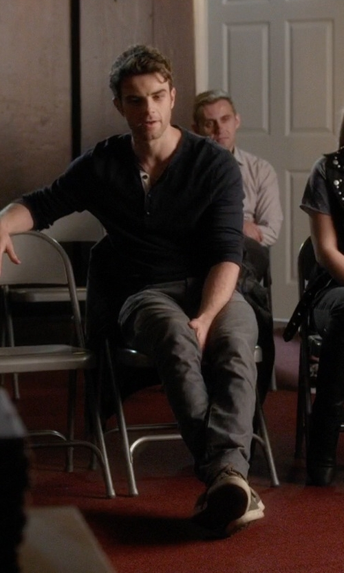 Ian Harding with Vans Chukka Low Sneakers in Pretty Little Liars