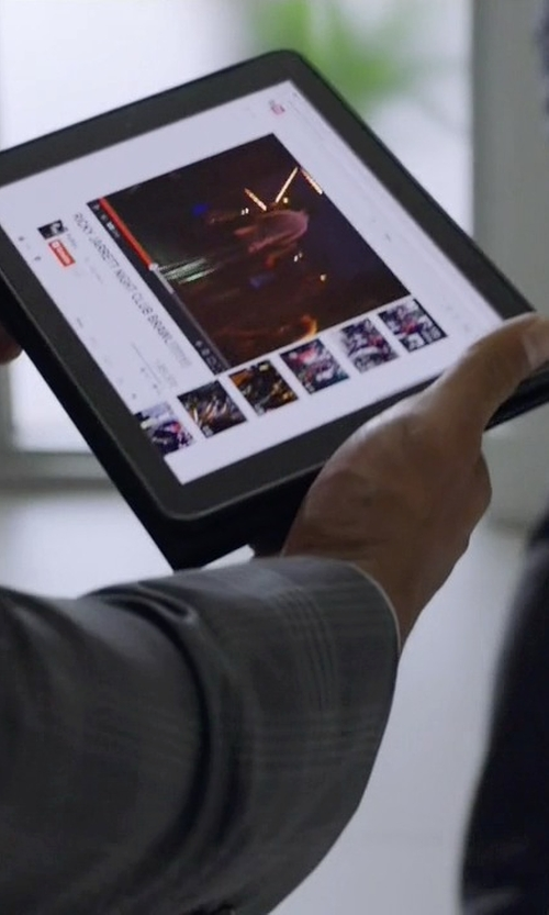 Rob Corddry with Apple iPad Mini 3 Tablet in Ballers