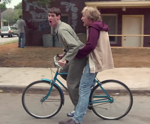 Jim Carrey with Titan Men's Pioneer 12-Speed Commuter Mountain Bike in Dumb and Dumber To