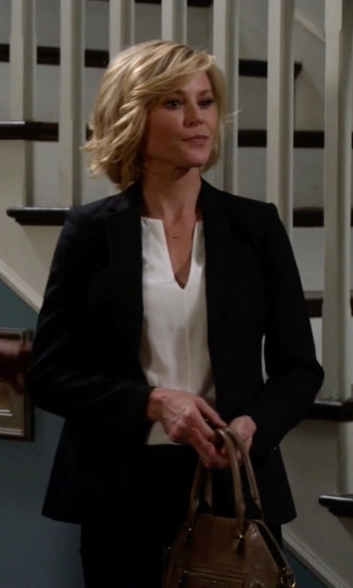 Julie Bowen with Anne Klein One-Button Blazer in Modern Family