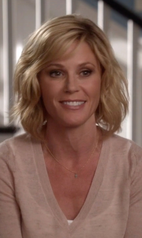 Julie Bowen with Vince 'Luxe' Long Sleeve V-Neck T-Shirt in Modern Family