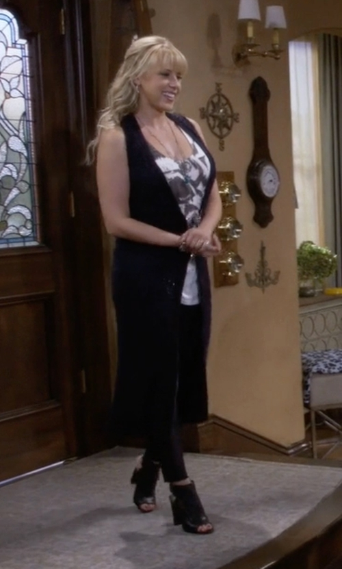Jodie Sweetin with Kenneth Cole Reaction Frida Fly Dress Sandals in Fuller House
