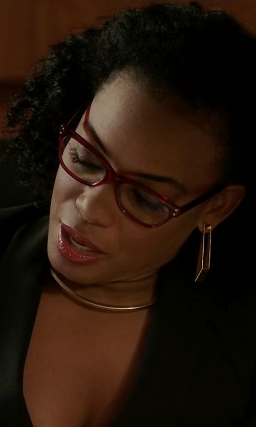 Aunjanue Ellis with Stephanie Kantis Hammered Drop Earrings in Quantico