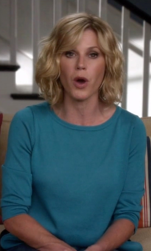 Julie Bowen with Neiman Marcus Cashmere Collection	 Long-Sleeve Crewneck Cashmere Sweater in Modern Family