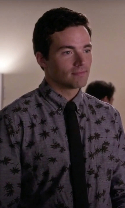 Ian Harding with Tommy Hilfiger Slim Solid Tie in Pretty Little Liars