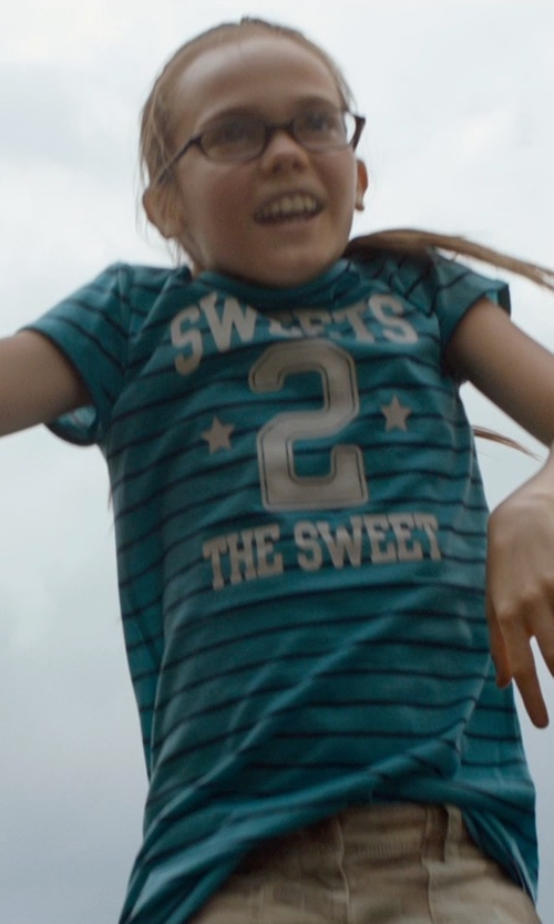 Oona Laurence with Kentucky Wildcats Girls V-Neck T-Shirt in Southpaw