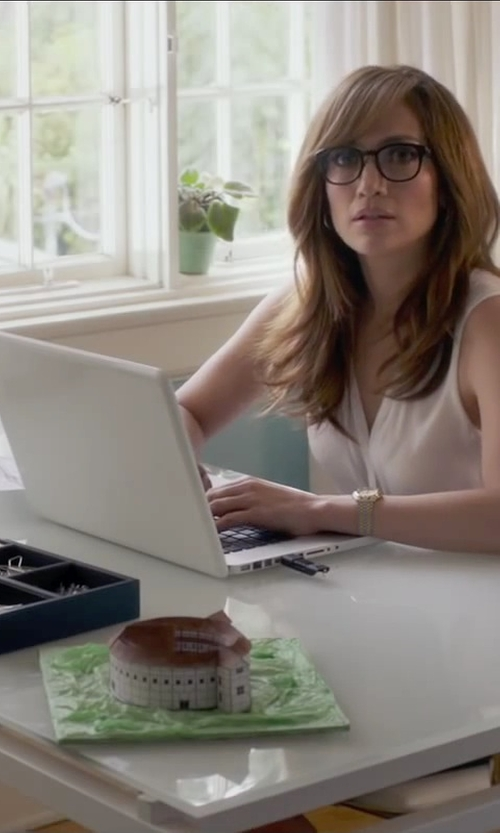 Jennifer Lopez with Apple MacBook Pro Laptop in The Boy Next Door