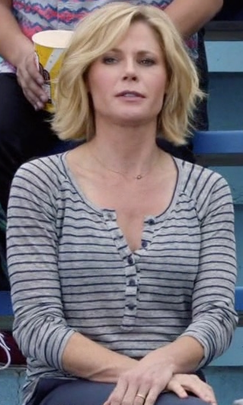 Julie Bowen with Frame Denim Le Henley Raglan Tee Shirt in Modern Family