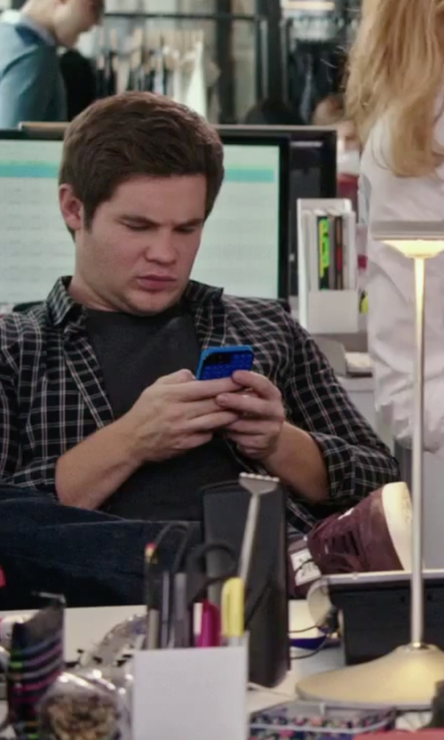 Adam DeVine with Apple iPhone 6 in The Intern