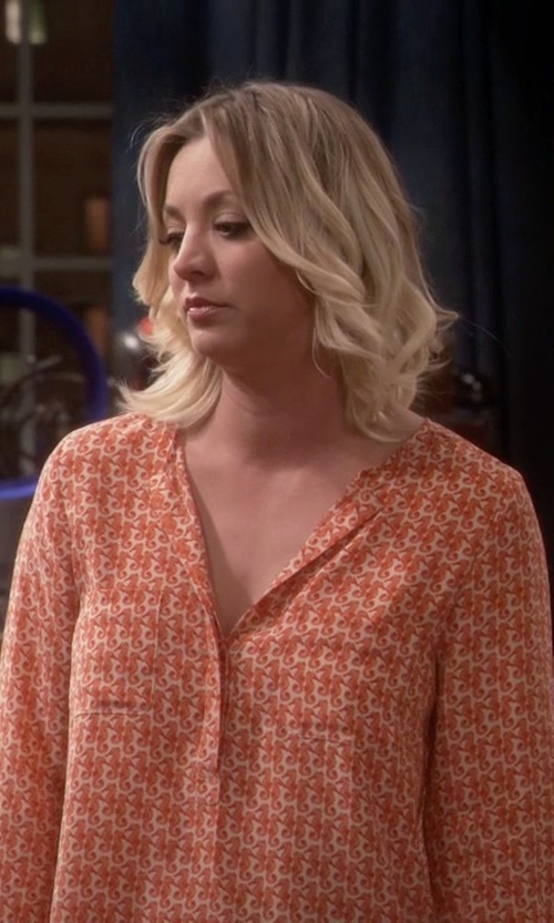 Kaley Cuoco-Sweeting with Joie Seahorse-Print Silk Tunic Top in The Big Bang Theory