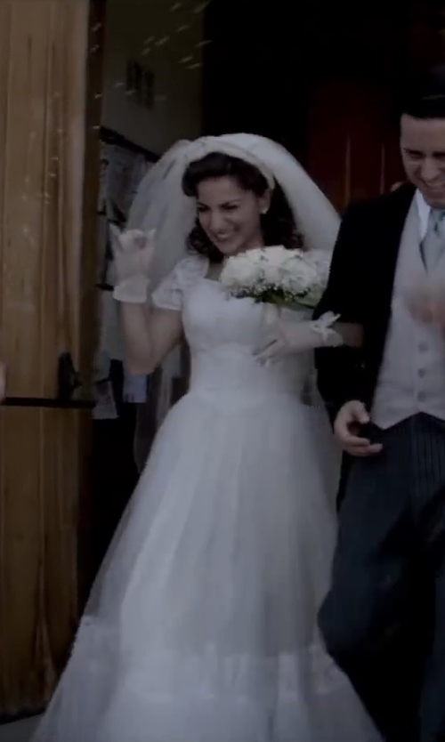 Renée Marino with WEDDING BELLES NEW YORK 'Lola' Lace Border Veil in Jersey Boys