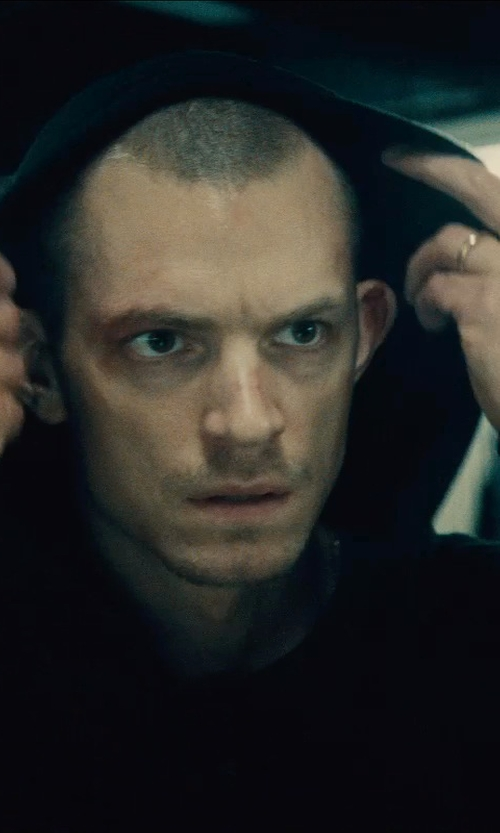 Joel Kinnaman with Cherish Always Collection Gold Wedding Band Ring in Run All Night